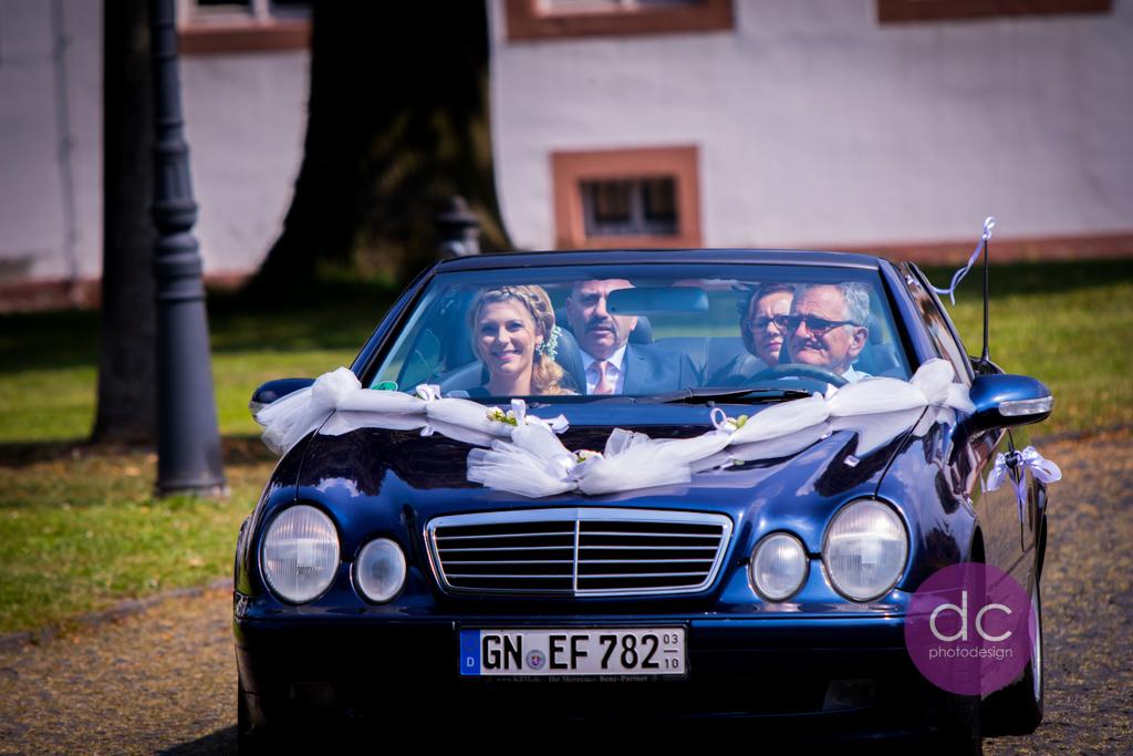 Hochzeitsfotografie - Hochzeitsauto fahrt zum Schloss Philippsruhe - Hochzeitsfotograf Hanau dc - photodesign
