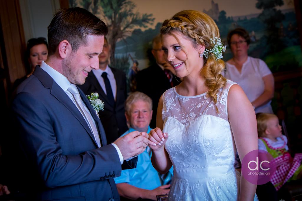 Hochzeitsfotografie - Ringtausch bei der Trauung - Hochzeitsfotograf Hanau dc - photodesign