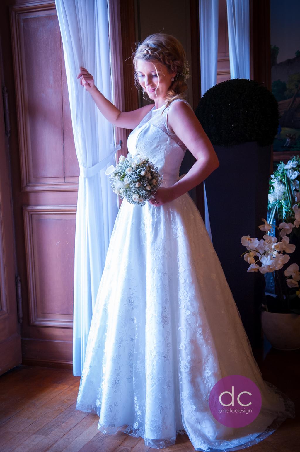 Hochzeitsfotografie- Braut am Fenster im Schloss Philippsruhe - Hochzeitsfotograf Hanau dc - photodesign