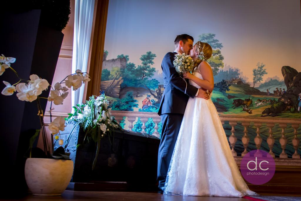 Hochzeitsfotografie- Hochzeitspaar im Trausaal beim Kuss- Standesamt Schloss Philippsruhe - Hochzeitsfotograf Hanau dc - photodesign