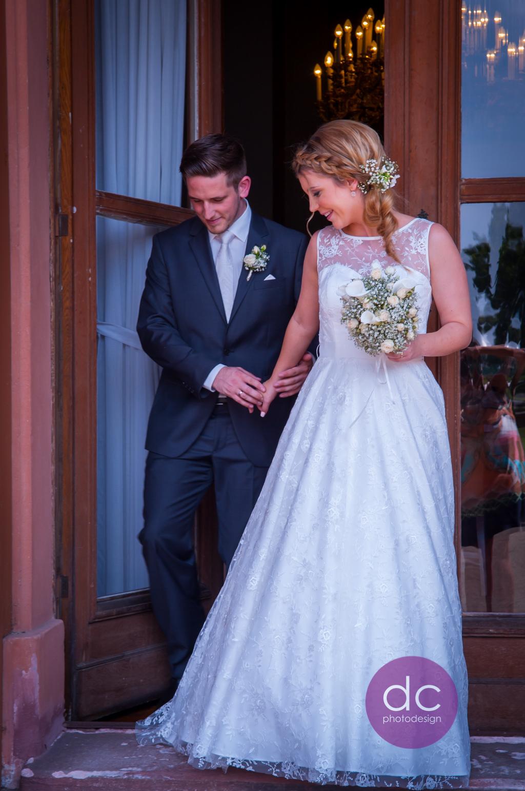 Hochzeitsfotografie - Brautpaar geht auf die Terrasse des Standesamt Schloss Philippsruhe - Hochzeitsfotograf Hanau dc - photodesign