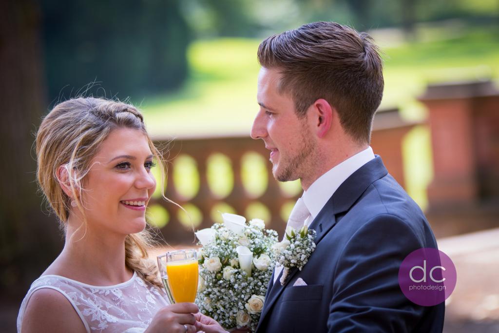Hochzeitsfotografie - Sektempfang auf der Terrasse im Schloss Philippsruhe - Hochzeitsfotograf Hanau dc - photodesign