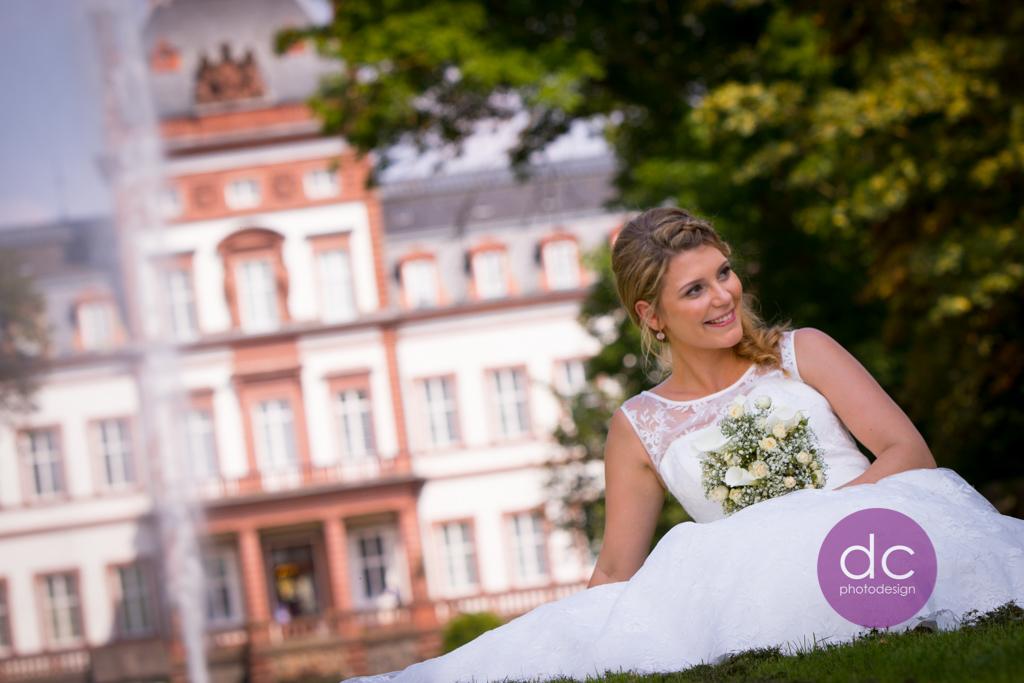 Hochzeitsfotografie auf der Wiese im Schloss Philippsruhe - Hochzeitsfotograf Hanau dc - photodesign