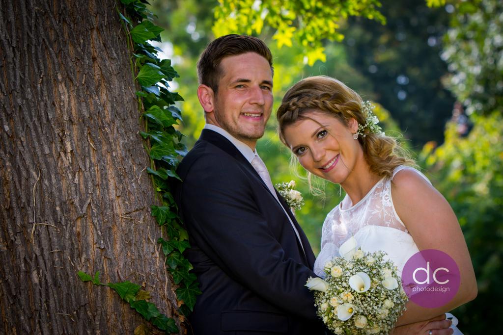 Hochzeitsfotografie am Baum im Schloss Philippsruhe - Hochzeitsfotograf Hanau dc - photodesign