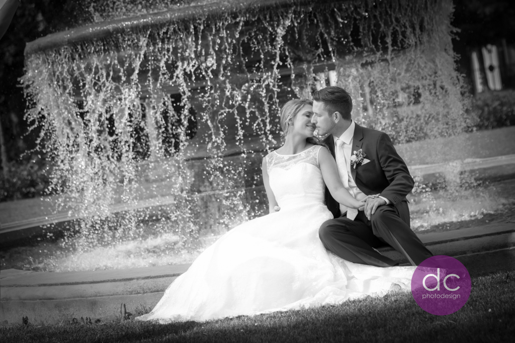 Hochzeitsfotografie am Springbrunnen im Schloss Philippsruhe - Hochzeitsfotograf Hanau dc - photodesign