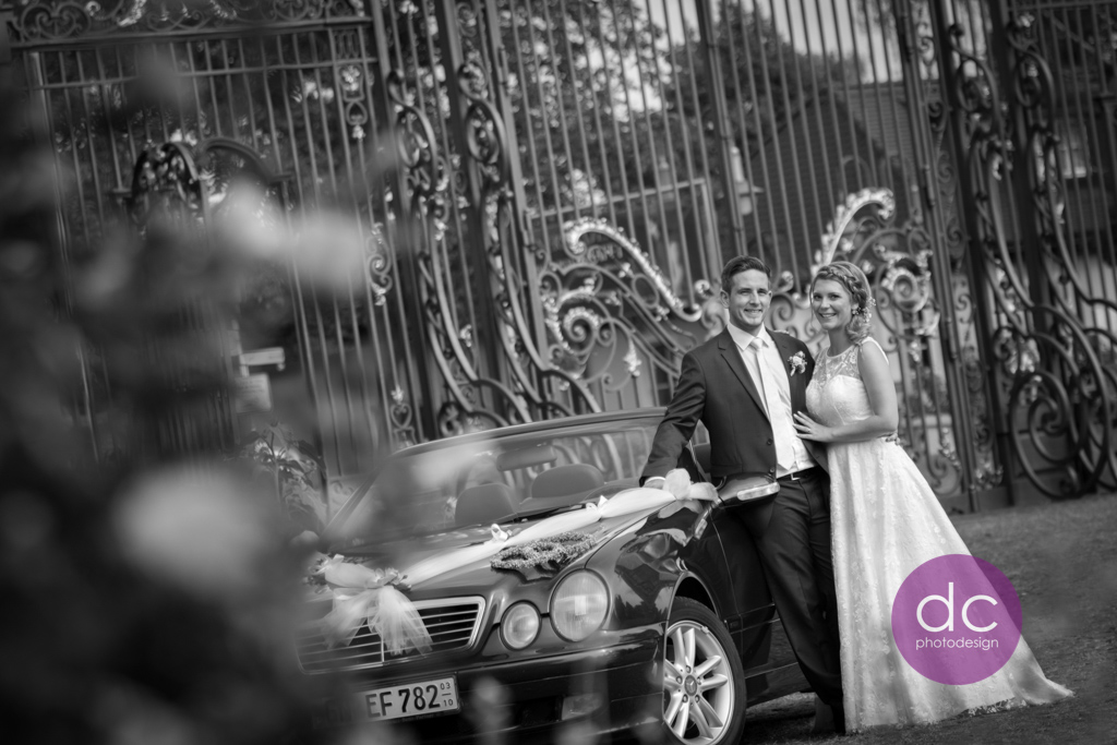 Hochzeitsfotografie am Haupttor vom Schloss Philippsruhe - Hochzeitsfotograf Hanau dc - photodesign