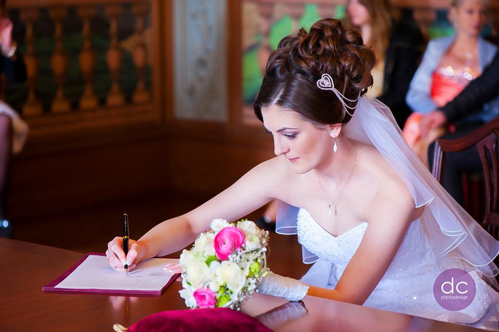 Hochzeitsreportage - Braut unterschrieb die Trauurkunde im Standesamt Hanau - Hochzeitsfotgraf Hanau dc photodesign
